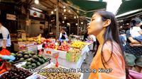 YouTuber asal Jepang keliling pasar cari durian. (dok. screenshot YouTube iChang Hong Kong)