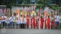 Sejumlah anak SD dan SMP bersiap memecahkan rekor dunia egrang yang termasuk dalam rangkaian penyelenggaraan TAFISA World Games 2016 di Kemayoran, Jakarta, Sabtu (8/10). Pemecahan rekor Guinness Book itu diikuti 2.016 anak. (Liputan6.com/Faizal Fanani)