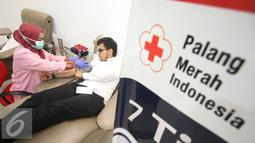 Warga mendonorkan darahnya di kantor PMI DKI Jakarta, Jumat (24/6). Meskipun terdapat penurunan, namun stok darah di Ibu Kota relatif aman selama Ramadan dengan jumlah sekitar 800-1.500 kantong perhari. (Liputan6.com/Immanuel Antonius)
