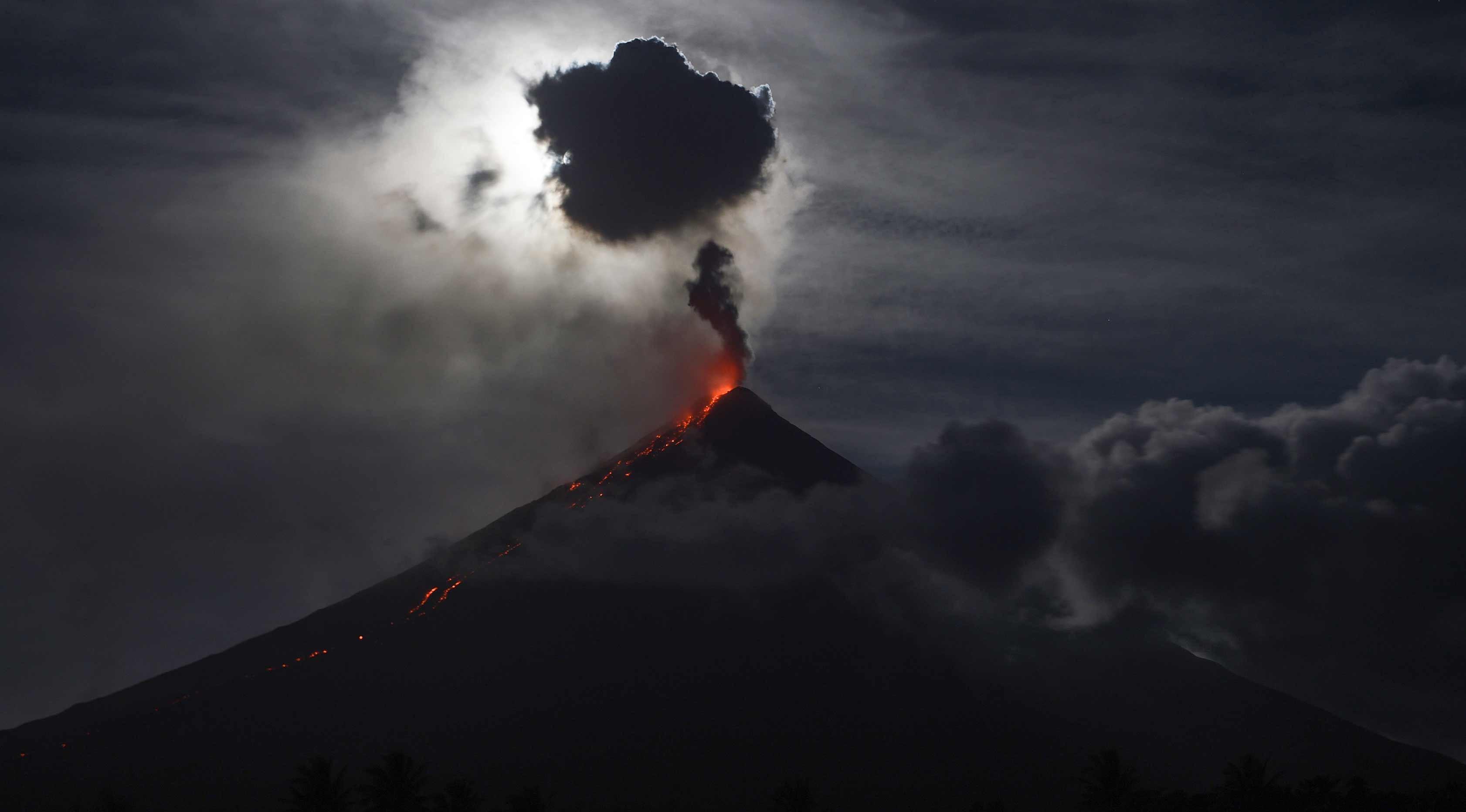 Gunung Mayon yang mengeluarkan lava panas saat terjadi Gerhana bulan