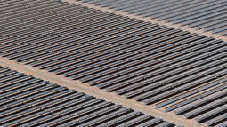Pandangan udara terlihat hamparan cermin terpasang di area pembangkit listrik tenaga surya Noor 1, Ouarzazate, Maroko, Kamis (4/2). Proyek pembangkit listrik tenaga surya ini nantinya akan terdiri dari empat yang saling terhubung. (AFP/FADEL SENNA)