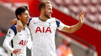 Penyerang Tottenham Hotspur, Son Heung-min, melakukan selebrasi bersama Harry Kane usai mencetak gol ke gawang Southampton pada laga Liga Inggris di Stadion St. Mary's, Minggu, (20/9/2020). Tottenham menang dengan skor 5-2. (Cath Ivill/Pool via AP)