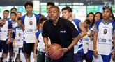 Mantan pemain NBA, Muggsy Bogues membawa bola pada acara Regional Selection Camp Jr. NBA Indonesia 2018 di Cilandak Sport Center, Jakarta. Pemain terpendek ini melatih anak-anak bermain bola basket. (Liputan6.com/Fery Pradolo)