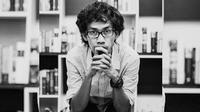 Aan Mansyur, penyair yang menulis puisi-puisi di AADC 2. (foto: dok. AADC 2)