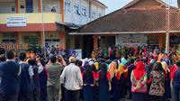 Keluarga besar SMPN 1 Turi melakukan deklarasi Bangkit kembali ke sekolah ayo move on di hari pertama mereka benar-benar belajar diajar oleh guru aslinya. Sebelumnya mereka harus diajar guru pendamping yang bertujuan menurunkan tingkat stress pada siswa.