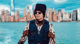 Pria kelahiran Dumai ini juga kerap terlihat menggunakan topi saat tengah berlibur di luar negeri. Bahkan, dalam foto ini Atta dengan bangga memakai busana bermotif batik. (Liputan6.com/Ig/@attahalilintar)