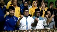 Sutiaji - Sofyan Edi (keduanya berbaju putih) mendeklarasikan kemenangan mereka dalam Pilkada Kota Malang (Liputan6.com/Zainul Arifin)