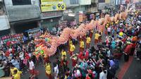 Arak-arakan atraksi liong perayaan Cap Go Meh melewati Jalan Suryakencana, Bogor, Jawa Barat, Selasa (19/2). Acara ini dipusatkan di Wihara Dhanagun. (Merdeka.com/Arie Basuki)