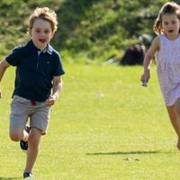 Pangeran George dan Putri Charlotte berlarian di atas rumput saat menghadiri acara amal Maserati Royal Charity Polo Trophy untuk mendukung sang ayah, Pangeran William yang bertanding di Beaufort Polo Club, Gloucestershire, Minggu (10/6). (AP Photo)