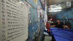 Daftar pesanan sablon bendera partai politik di Percetakan Andalas Jaya, Jakarta, Rabu (2/1). Omzet dari percetakan sablon bendera dan spanduk partai ini mencapai Rp 60 juta per minggu dengan keuntungan hingga 40 persen. (Merdeka.com/Iqbal Nugroho)