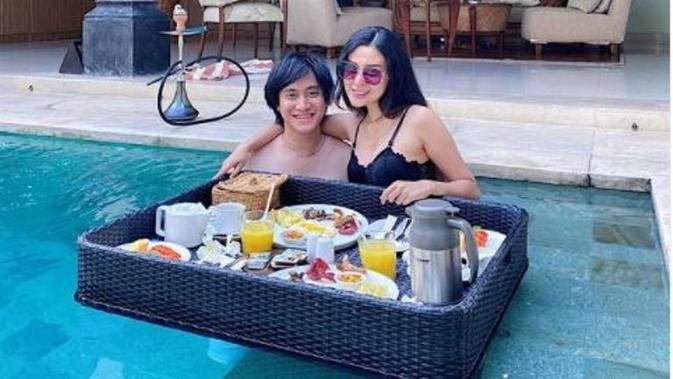 Gaya Kevin Aprilio dan Vicy Melanie Ikutan Tren Floating Breakfast. (dok.Instagram @kevinaprilio/https://www.instagram.com/p/CHma085pKfW/Henry)