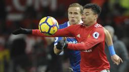 Gelandang Manchester United, Jesse Lingard, berebut bola dengan bek Stoke City, Moritz Bauer, pada laga Premier League di Old Trafford, Senin (15/1/2018). Manchester United menang 3-0 atas Stoke City. (AP/Rui Vieira)