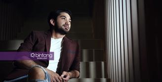 Aktor Reza Rahadian sukses dalam melakoni peran yang dimainkan. Beberapa judul film yang dibintangi sukses dipasaran. Meski terbilang sukses menjadi aktor, hingga kini, ia belum siap bekerja dibelakang layar. (Bambang E. Ros/Bintang.com)