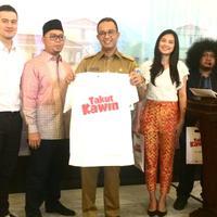 Pemain film Takut Kawin bertemu dengan Gubernur DKI Jakarta, Anies Baswedan. (Ruswanto/Bintang.com)