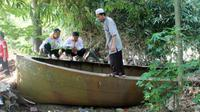 Sejumlah warga melihat-lihat dan menaiki perahu berbahan baja di kebun pinggir Bengawan Solo, Dukuh Jarak RT 017, Desa Karanganyar, Plupuh, Sragen, Minggu (3/6/2018). (Solopos/Tri Rahayu)
