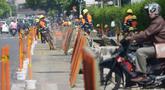 Pekerja membongkar trotoar lama di Jalan Cikini Raya, Taman Ismail Marzuki (TIM), Jakarta, Selasa (18/6/2019). Revitalisasi trotoar TIM hingga Jalan Diponegoro sepanjang 10 kilometer mulai dikerjakan. (merdeka.com/Imam Buhori)