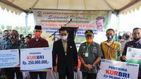 Mentan Syahrul Yasin Limpo menyerahkan bantuan dalam rangka panen raya jagung diDesa Karelayu, Kecamatan Tamalatea,Kabupaten Jeneponto, Sulawesi Selatan. (Dok Kementan)