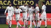 Para pemain Real Madrid merayakan gol yang dicetak oleh Karim Benzema ke gawang Cadiz pada laga Liga Spanyol di Stadion Ramon de Carranza, Rabu (22/4/2021). Real Madrid menang dengan skor 3-0. (AP Photo/Jose Breton)