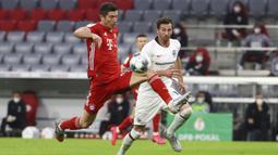 Pemain Eintracht Frankfurt Timothy Chandler (kanan) mengejar pemain Bayern Munchen Benjamin Pavard dalam pertandingan semi final Piala Jerman di Allianz Arena, Munchen, Jerman, Rabu (10/6/2020). Bayern Munchen menang 2-1 dan lolos ke final. (Kai Pfaffenbach Pool via AP)