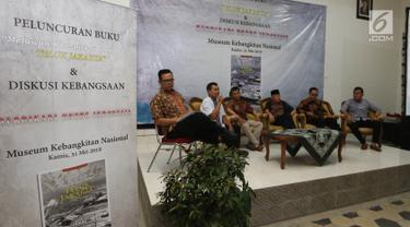 Tim penulis buku Aminudin (kedua kiri) dan Khoirul Fata (ketiga kiri) memberi pemaparannya saat diskusi buku Melawan Konspirasi Global di Teluk Jakarta di Jakarta, Kamis (31/5). (Liputan6.com/Pool/Odoy)