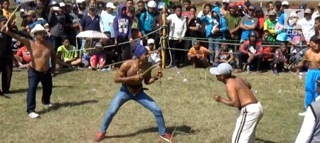 Ritual Tiban kerap dilakukan saat kemarau panjang. Pertarungan dua lelaki bercambuk ini diharapkan dapat mendatangkan hujan.