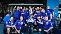 Perayaan pembalap Movistar Yamaha, Maverick Vinales usai merebut podium ketiga MotoGP Thailand 2018. (Twitter/Yamaha MotoGP)