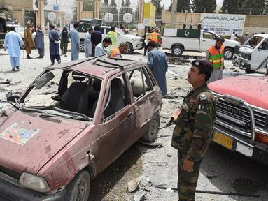 Personel keamanan berjaga di lokasi serangan bom bunuh diri di Quetta, Pakistan, Rabu (25/7). Serangan dilakukan dekat sebuah tempat pemungutan suara (TPS) Pemilu Pakistan. (BANARAS KHAN/AFP)
