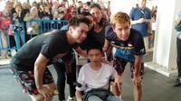 Kevin / Marcus saat jupa fans disabilitas di Indonesia Open 2019 (Liputan6.com/Cakra Nuralam)
