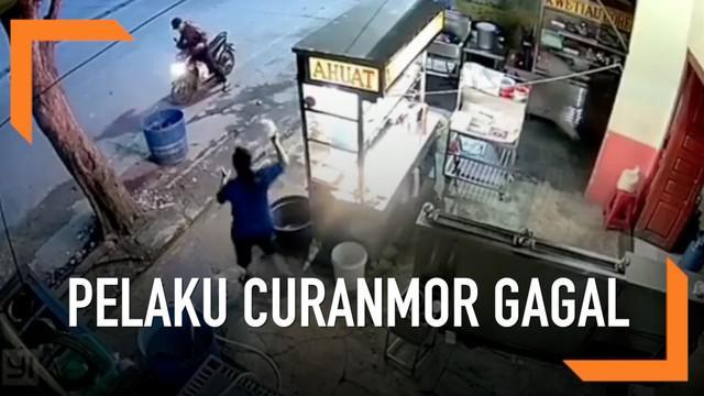 Gagalnya aksi curanmor ini karena tepergok si pemilik motor.