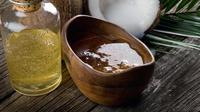 BErikut cara mudah membuat sendiri scrub dari minyak kelapa yang bikin bibir pink alami tanpa lipstik.
