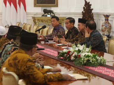 Presiden Joko Widodo berbincang dengan pengurus Lembaga Persahabatan Organisasi Kemasyarakatan Islam (LPOI) di Istana Merdeka, Jakarta, Selasa (22/1). LPOI mendoakan Jokowi kembali terpilih menjadi Presiden Indonesia. (Liputan6.com/Angga Yuniar)