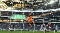 Proses gol yang dicetak striker Manchester City, Sergio Aguero, ke gawang Arsenal pada final Piala Liga di Stadion Wembley, London, Minggu (25/2/2018). City menang 3-0 atas Arsenal. (AFP/Glyn Kirk)