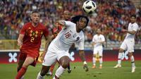 Bek Belgia, Toby Alderweireld, berebut bola dengan striker Portugal, Gelson Martins, pada laga persahabatan di Stadion King Baudouin, Brussels, Sabtu (2/6/2018). Kedua negara bermain imbang 0-0. (AFP/John Thys)