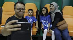 Seorang anak dari suporter PSM Makassar sebelum menjadi pendamping saat laga Piala AFC melawan Home United di Stadion Pakansari, Bogor, Selasa (30/4). Kesempatan ini diberikan oleh Allianz sebagai salah satu sponsor. (Bola.com/Yoppy Renato)