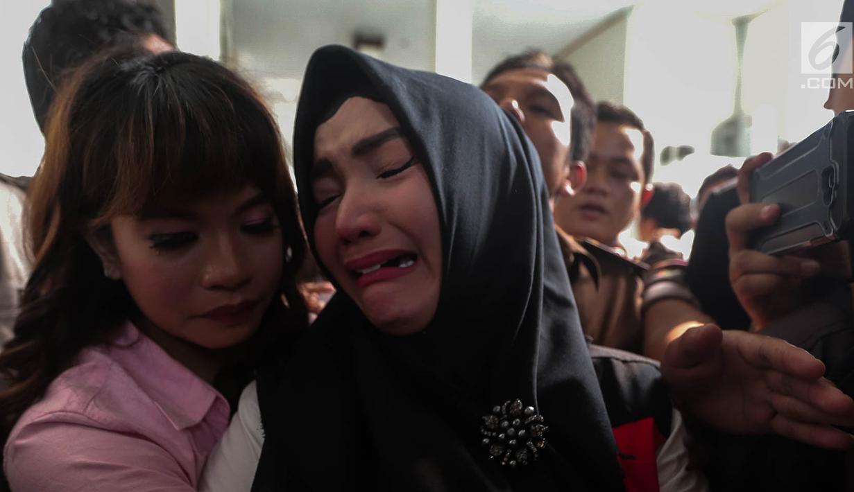 Terdakwa kasus penyalahgunaan narkotika Roro Fitria menangis usai menjalani sidang putusan di PN Jakarta Selatan, Kamis (18/10). Roro di hukum pidana selama 4 tahun dan denda sebesar Rp 800 Juta dan subsider selama 3 bulan. (Liputan6.com/Faizal Fanani)