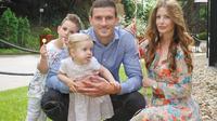 Striker Persik Kediri, Nikola Asceric, bersama keluarganya di Serbia sembari menunggu panggilan dari manajemen untuk melanjutkan kiprahnya di Liga 1 2020. (Dok. Pribadi)