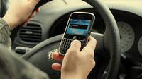 Sebuah riset terbaru menunjukkan bahwa bermain ponsel saat mengemudi meningkatkan risiko kecelakaan hampir dua kali lipat.