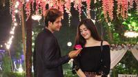 Nah untuk yang satu ini, Ammar dan Ranty juga romantis banget dengan mengenakan busana berwarna sama. Ammar tampak mesra memberikan sekuntum bunga untuk kekasih tercinta. (Instagram/ammarzoni)