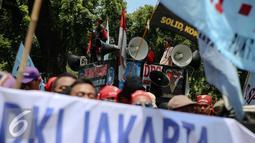 Ratusan buruh yang tergabung dalam Federasi Serikat Pekerja Metal Indonesia (FSPMI) menggelar aksi di Balaikota, Jakarta, Kamis (25/11). Dalam aksinya para buruh menuntut pencabutan PP Nomor 78 Tahun 2015 tentang pengupahan. (Liputan6.com/Faizal Fanani)