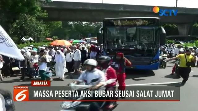 Aksi pembebasan Baitul Maqdis di Tugu Monas, Jakarta Pusat, berakhir usai salat Jumat. Pembubaran massa mengakibatkan arus lalin di Jalan Medan Merdeka macet.