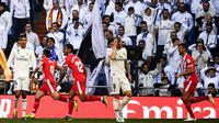 Para pemain Real Madrid tampak lesu usai gawangnya dibobol Girona pada laga La Liga di Stadion Santiago Bernabeu, Madrid, Minggu (17/2). Madrid kalah 1-2 dari Girona. (AFP/Gabriel Bouys)