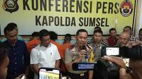 Kapolda Sumsel Irjen Pol Zulkarnain Adinegara mengungkap kasus pembunuhan sadis wanita dibakar di Kabupaten Ogan Ilir Sumsel (Liputan6.com / Nefri Inge)