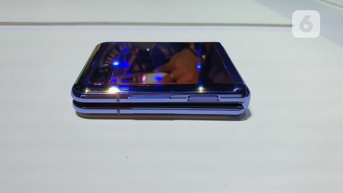 Tombol power dan volume di Galaxy Z Flip. (Liputan6.com/ Agustin Setyo Wardani)