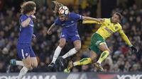 Duel pemain Chelsea, Ethan Ampadu (tengah) dengan pemain Norwich City, Josh Murphy (kanan) pada laga babak ketiga Piala FA di Stamford Bridge, London, (17/1/2018). Chelsea menang lewat adu penalti 5-3. (AFP/Adrian Dennis)