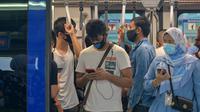 Orang-orang yang memakai masker berdiri di dalam sebuah kereta metro di Kuala Lumpur, 5 Oktober 2020. Malaysia pada Senin (5/10) melaporkan rekor penambahan kasus harian tertinggi lainnya dengan 432 kasus baru COVID-19, menambah total kasus di negara itu menjadi 12.813. (Xinhua/Chong Voon Chung)