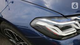 Tampilan lampu lampu depan Adaptive LED dengan BMW Laserlight menjangkau hingga 530 meter pada acara BMW Test Day di Karawaci, Tangerang, Sabtu (10/04/2021). BMW Seri 5 generasi model ketujuh bermesin bensin 2.0-litre BMW TwinPower Turbo 4-silinder dengan Valvetronic. (Liputan6.com/Fery Pradolo)