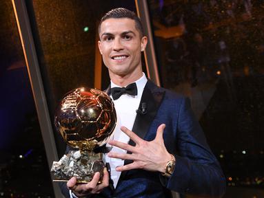 Luka Modrid baru saja meraih gelar sebagai pemenang Ballon d'Or 2018. Raihan tersebut merusak dominasi Ronaldo dan Messi yang selalu meraih gelar tersebut. Namun tahun ini Ronaldo berhasil menciptakan sejumlah rekor Ballon d'Or. (AFP/Frank Faguere)