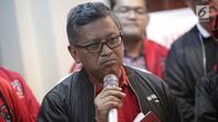 Sekjen DPP PDIP Hasto Kristiyanto saat meresmikan official store atribut PDI Perjuangan di Jakarta, Senin (21/1). PDIP meluncurkan RedMe sebagai official store atribut PDIP pada Pemilu 2019. (Liputan6.com/Faizal Fanani)