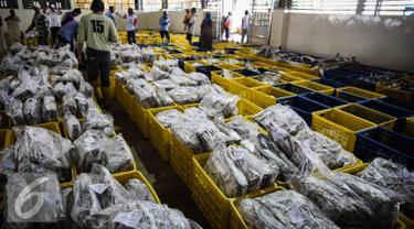 Ikan yang telah dibekukan dilelang di pelelangan ikan Muara Angke, Jakarta, Kamis (24/3). Pada 2015 secara total Indonesia telah memanfaatkan potensi ekonomi sektor kelautan sekira Rp350 triliun. (Liputan6.com/Faizal Fanani)