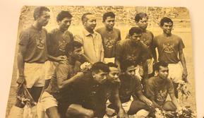 Timnas Indonesia 1970-an bersama Presiden RI Kedua Soeharto, Sucipto Suntoro (nomor dua dari kanan setengah membungkuk). (Repro dokumen pribadi)